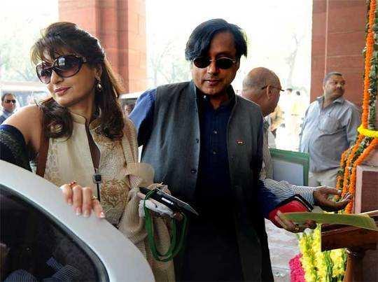 सुनंदा के साथ थरूर (फाइल फोटो)।