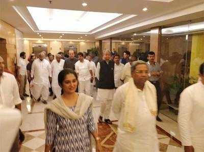कांग्रेस और जेडीएस नेताओं के बीच बैठक।