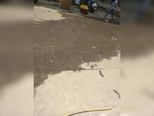 गटर का पानी सड़क पर