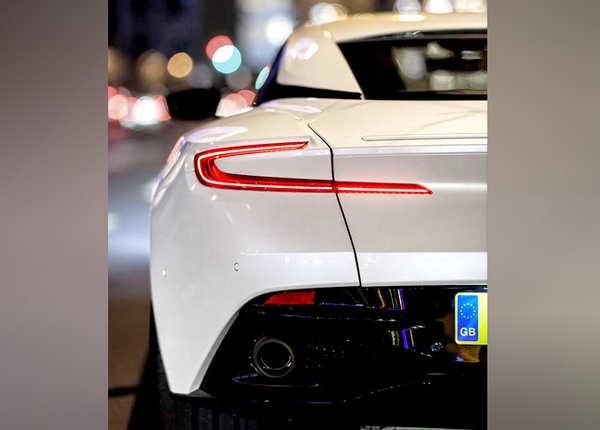 कार में 5.2-लीटर V12 इंजन