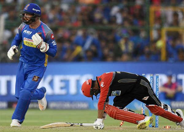 पार्थिव-एबी ने संभाला, गोपाल ने दिए एक ओवर में दो झटके