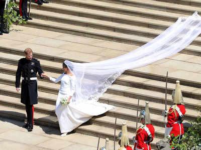 अमेरिकी ऐक्ट्रेस मेगन मार्कल (36) और ब्रिटिश रॉयल प्रिंस हैरी (33) शादी के बंधन में बंध गए। शनिवार को लंदन के विंडसर महल के सेंट जॉर्ज चर्च में रिश्तेदारों और दोस्तों की मौजूदगी में इस जोड़े ने जीवनभर साथ रहने की कस्में खाईं। मेगन साधारण परिवार से हैं। न्यू यॉर्क टाइम्स के मुताबिक, उनकी मां अमेरिकी बागानों में दास बनाकर लाए गए अफ्रीकी लोगों की वशंज हैं। मेगन की यह दूसरी शादी है। शादी के बाद मेगन को डचेज ऑफ ससेक्स कहा जाएगा, वहीं प्रिंस हैरी ड्यूक ऑफ ससेक्स होंगे। जानें इस शाही शादी में क्या रहा खास-