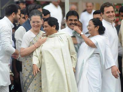 मंच पर सोनिया, मायावती, ममता और राहुल गांधी
