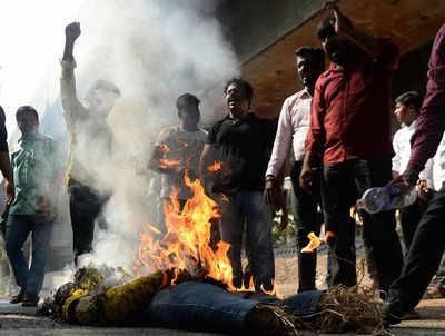 प्रदर्शनकारियों के उग्र होने के बाद हिंसा भड़क गई थी।