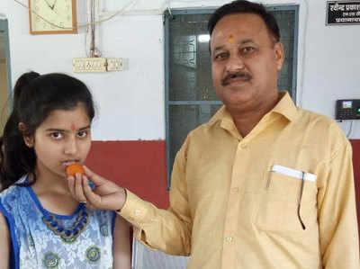 प्रिंसिपल के साथ काजल प्रजापति