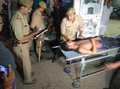 घायलों को इलाज के लिए अस्पताल लेकर जाते सुरक्षाकर्मी