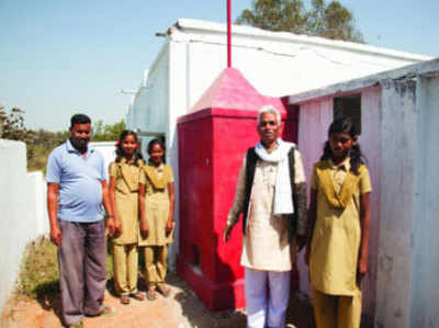 स्कूल की लड़कियों के साथ हरि प्रसाद