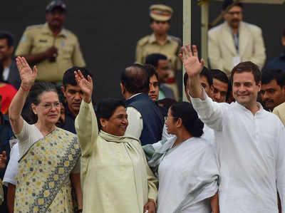 सोनिया गांधी और राहुल गांधी के साथ मायावती।