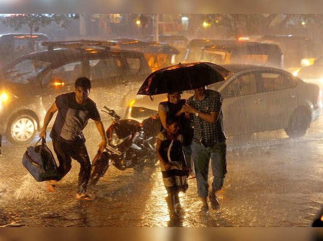 मुंबई: मॉनसून से पहले की बारिश, करंट लगने से 3 की मौत