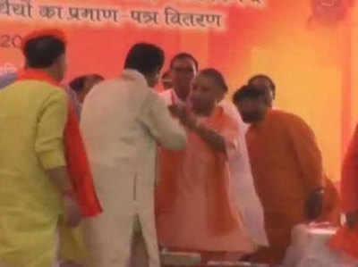 सीएम योगी को सोने की चेन पहनाते विधायक रविंद्रनाथ त्रिपाठी
