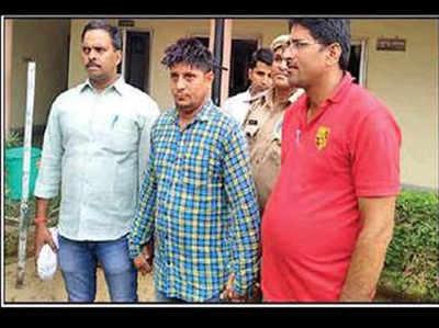 पुलिस की गिरफ्त में आरोपी (बीच में)