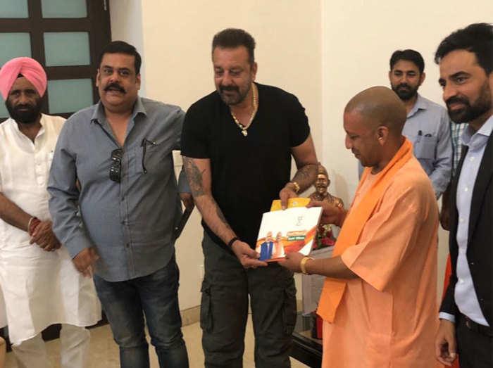 संजय दत्त से मुलाकात करते सीएम योगी
