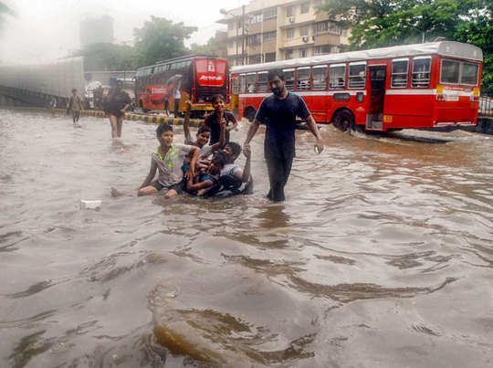 जलभराव के चलते तालाब बन गईं सड़कें।