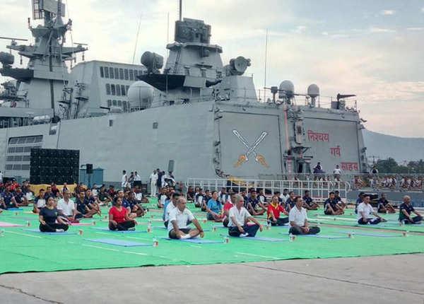 नौसेना अधिकारियों ने भी किया योग