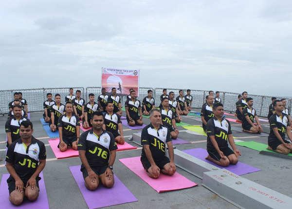 केरल में आईएनएस जमुना पर योग