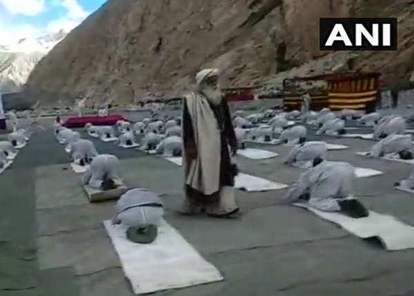 भारतीय सैनिकों ने किया योगाभ्यास