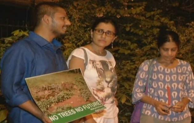 दिल्ली में पेड़ों की कटाई के मामले में नागरिकों ने किया प्रदर्शन