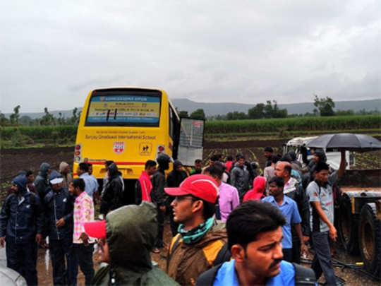 स्कूल बस-ट्रकची धडक; तीन ठार, २२ जखमी