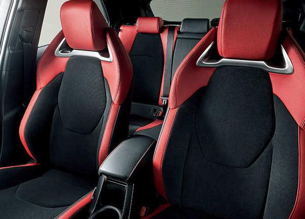 टोयोटा कोरोला स्पोर्ट की सीटें नई हैं और...