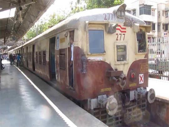 ऐरोली-ठाणे रेल वाहतूक विस्कळीत झाल्याने नागरिकांची गैरसोय