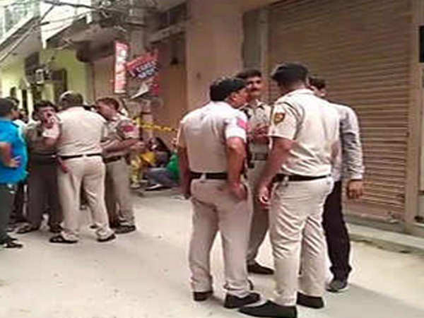 delhi 11 people found hanging at a home