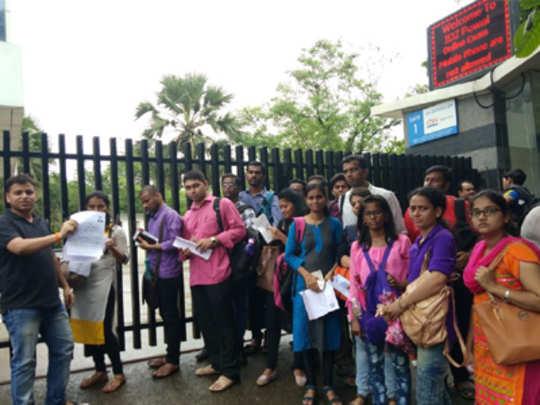 konkan railway: उशिरा पोहोचलेल्या मुलांना प्रवेश नाकारला