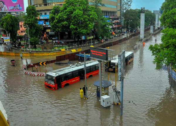 सड़कों पर तैरती गाड़ियां