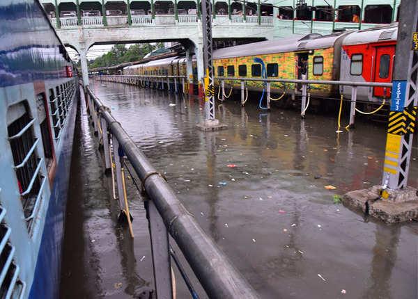 पटरी की जगह पर पानी पर ट्रेनें