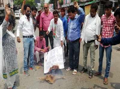 गोरखपुर कांग्रेस कार्यकर्ताओं ने फूंका विधायक सुरेंद्र सिंह का पुतला