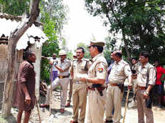 sultanpur angry villagers attacks on police van and police officials