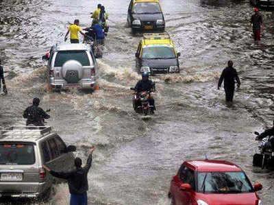 बारिश के चलते सड़कों पर भारी जलभराव हो गया।