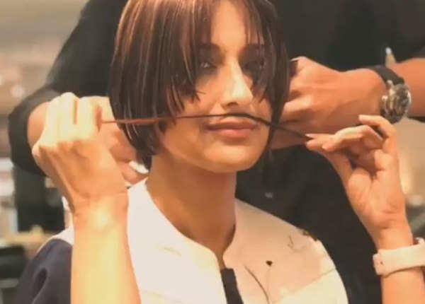 बालों से बना ली मूछें