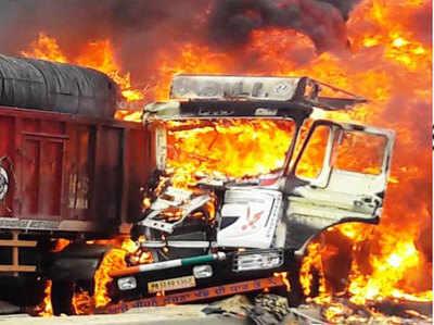टकराने के बाद धू-धूकर जलने लगे ट्रक।