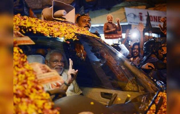 लड़ते सांडों ने रोक दिया पीएम का काफिला, गाड़ी में बैठे सब देखते रहे मोदी