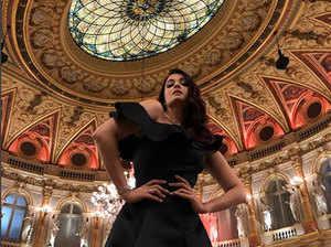 ऐश्वर्या राय ने पोस्ट कीं ब्लैक ड्रेस में अपनी हॉट तस्वीरें