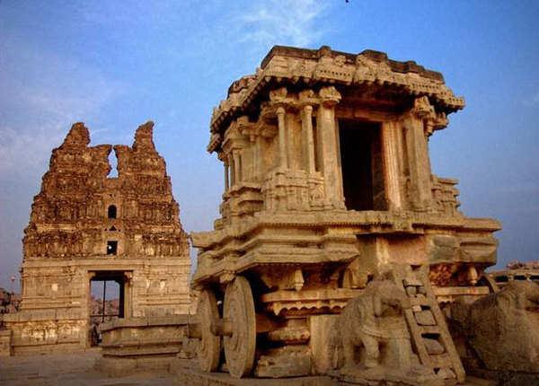 हम्पी में देखें मंदिरों के अवशेष