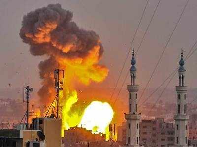 गाजा सिटी में इजरायली हमले के बाद उठती आग की लपटें