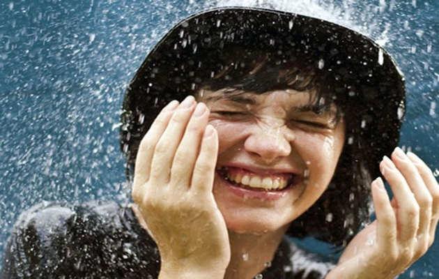 बारिश के मौसम में यूं रखें अपनी आंखों का ख्याल