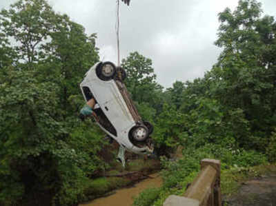 कोलार बांध से कार को बाहर निकाल गया