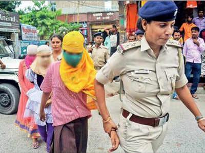बच्चियों को लेकर जाती पुलिस