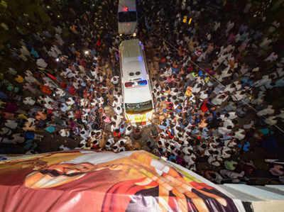 करुणानिधि के निधन के बाद जमा समर्थकों की भीड़
