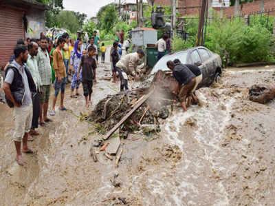 कुल्लू में बारिश और बाढ़ के बीच फंसे लोग