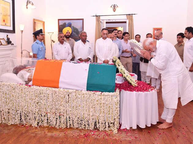 अटल बिहारी वाजपेयी को श्रद्धांजलि अर्पित करते प्रधानमंत्री मोदी।