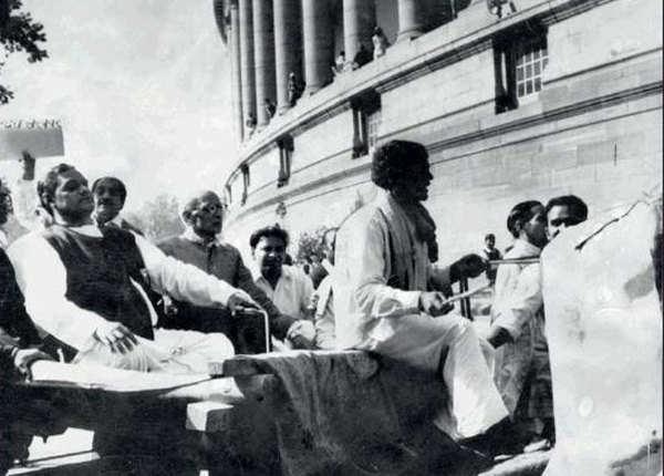 जब बैलगाड़ी से संसद पहुंचे थे अटल बिहारी वाजपेयी
