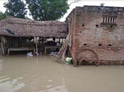 बांधों के बह जाने से गांवों में घुसा पानी