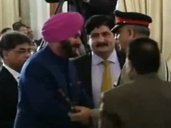 navjot singh sidhu meets pak army chief qamar javed bajwa at imran khans oath ceremony
