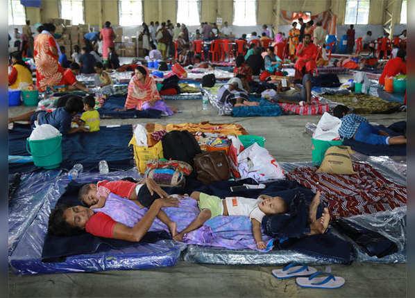 राहत शिविरों में शरण लेने को मजबूर लोग