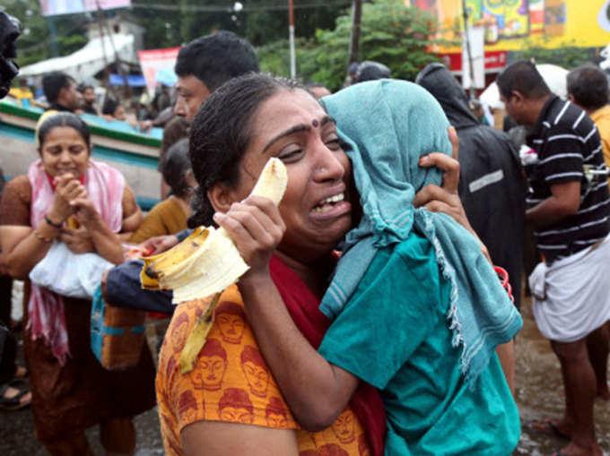 केरल: जलप्रलय के बीच उमड़ रहा साहस और भावनाओं का ज्वार