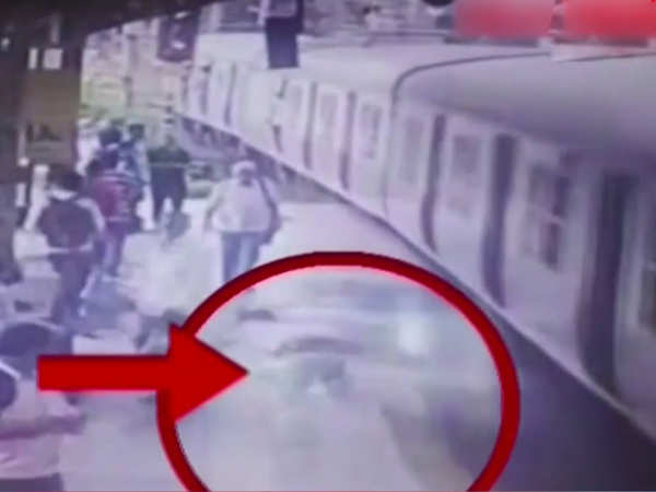 On Cam Youth jumps off moving train after snatching mobile