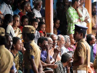 केरल बाढ़ से मची तबाही के बाद शिविर में लोग